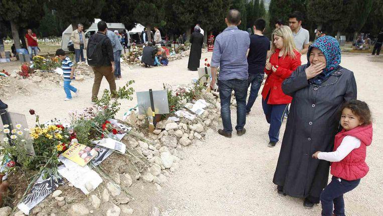 Nabestaanden rouwen aan de graven van de mijnwerkers. De mijnramp kostte aan 301 mensen het leven.