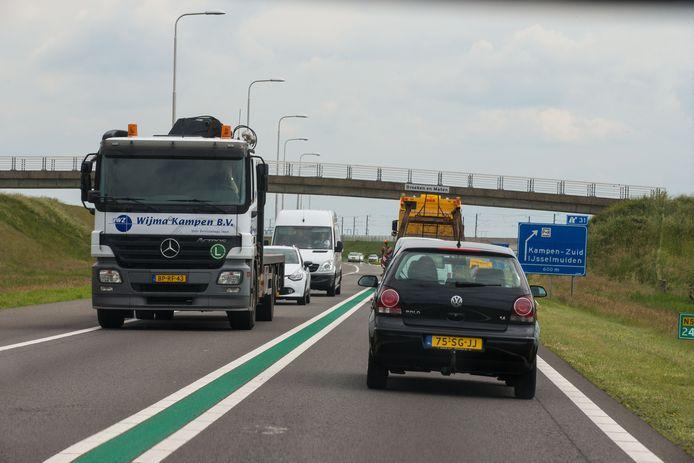 Drukte op de N50 tussen Kampen en Kampen-Zuid. Verbreding met twee rijstroken moet medio 2023 verlichting bieden.