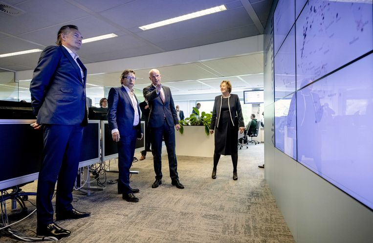 Minister Stef Blok van Buitenlandse Zaken bekijkt de wereldkaart waarop te zien is waar Nederlanders gestrand zijn door de coronacrisis. Beeld EPA