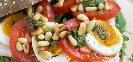 Broodje gezond met avocado, kip, tomaat en ei