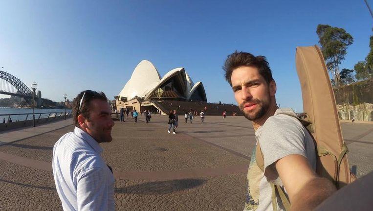 Arne ontmoet Lukas, een Vlaming die in Sydney woont en werkt. Samen stappen ze af op het Opera House om een optreden te fixen.