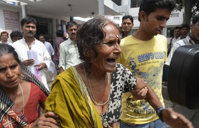 Een grootmoeder huilt nadat haar kleinkind is overleden aan voedselvergiftiging Beeld reuters