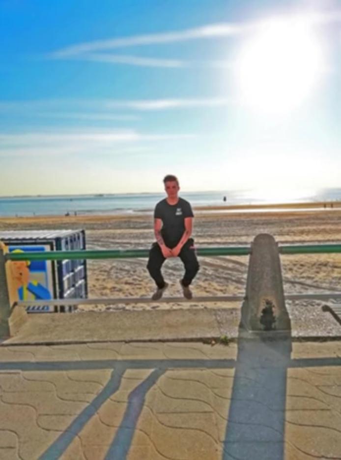 Een jaar nadat hij ernstig werd mishandeld, ging Raymond op de foto bij het strand van Vlissingen.
