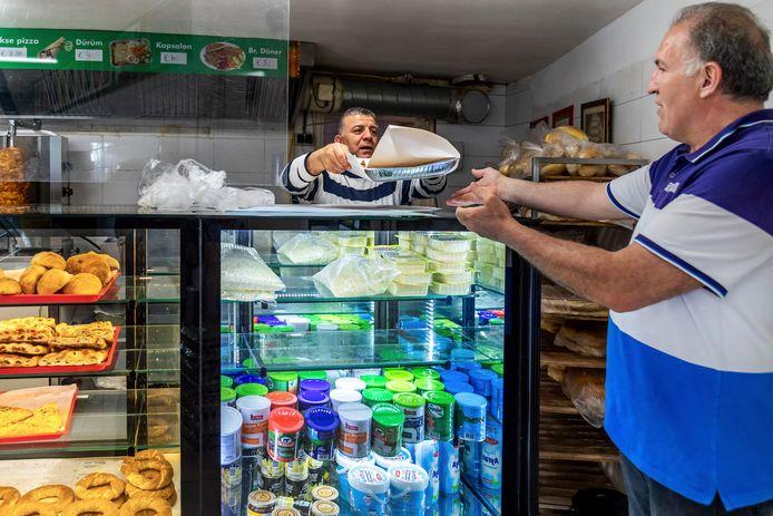 Erol Sahin(46), eigenaar van bakkerij Öz Mevlana in de Utrechtse wijk Zuilen verkoopt deze zaterdag  voornamelijk baklava. Brood bakken de meeste mensen op deze heilige dag zelf.