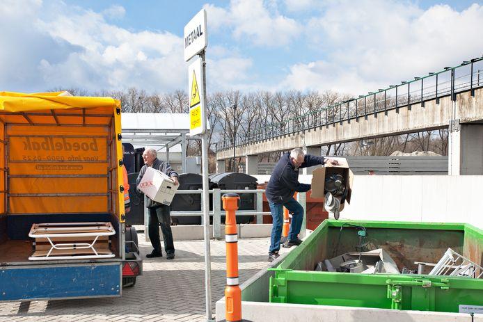 Oosterhouters bieden afval aan op de nieuwe milieustraat aan het Wilhelminakanaal-Oost.
