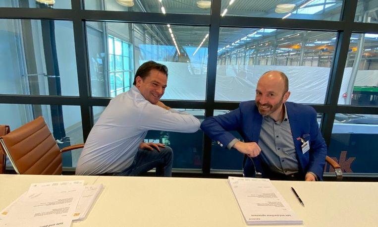 Tijdens de ondertekening van het contract (veilig met de elleboog in coronatijd) door Peter Bijvelds (CEO Ebusco) en Olivier van Mullem (CEO Multiobus).