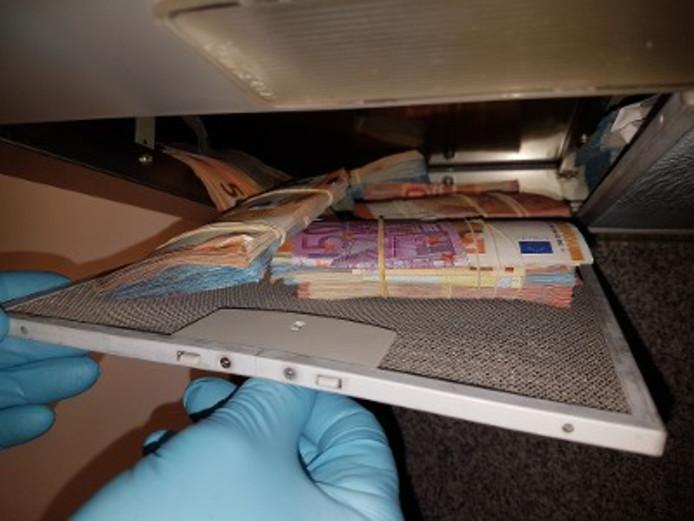 In de afzuigkap werden stapels bankbiljetten gevonden.
