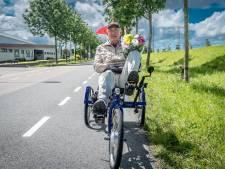 Half verlamde Naaldwijker Ted op de fiets naar zus Truus