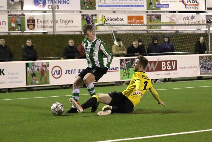 SC Genemuiden heeft er een extra doelpuntenmaker bij: Rens van Benthem (links, hier in actie tegen Alcides).