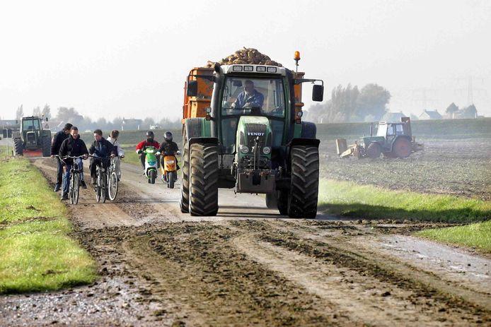 Het is oogsttijd, dus kunnen wegen glad zijn. Hiervoor waarschuwt de gemeente Nieuwkoop. Deze foto is genomen in de  gemeente Hoeksche Waard.