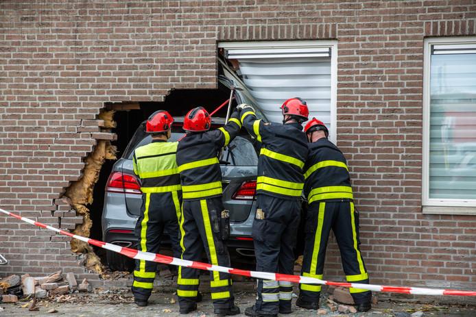 Auto rijdt dwars door gevel van Emmauskerk in Bergen op Zoom.