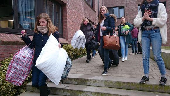 De leerlingen mochten hun spullen pakken en naar huis gaan.