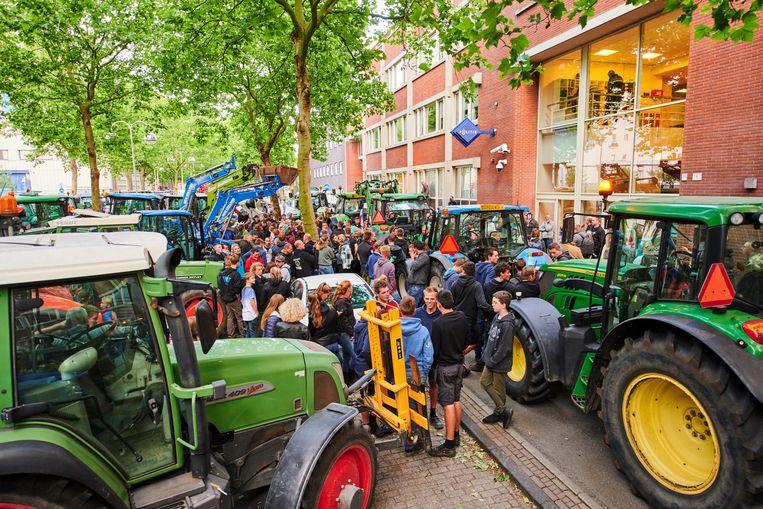 Meer dan honderd boeren verzamelden zich voor een politiebureau in Leiden om aangifte te doen tegen minister Carola Schouten vanwege de veevoermaatregel. Beeld Nico Garstman / HH