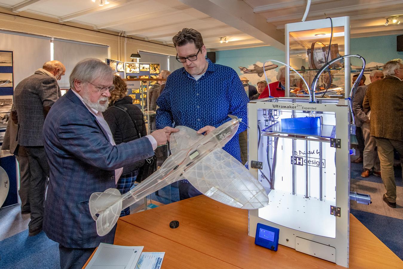 Een 3D-printer fabriceert live een onderdeel van een modelvliegtuigje.