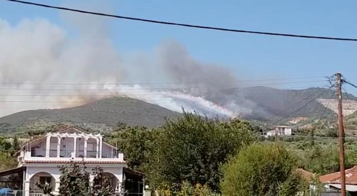 Door de harde wind verspreidde het vuur zich en kwam het in de buurt van de dorpen Keri en Agalas.