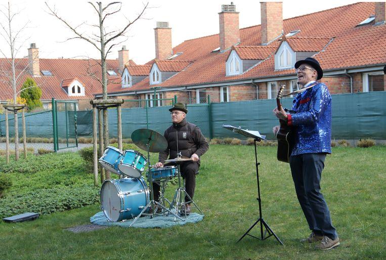 Zanger Karel en drummer Roger gaven het beste van zichzelf tijdens een coronaconcert voor de senioren. Omwille van de privacy mochten zij niet herkenbaar in beeld gebracht worden.