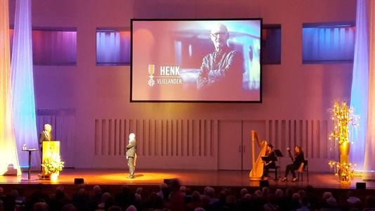 Henk Vlielander op het podium bij Weterings.