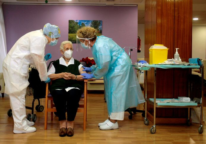 Een 96-jarige bewoonster van een rusthuis in Guadalajara in Spanje krijgt het vaccin, zo was op de nationale televisie te zien.