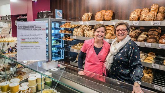 Valérie Courcelles-Demey en dochter Laetitia, bij de pancarte op de toonbank van de patisserie.