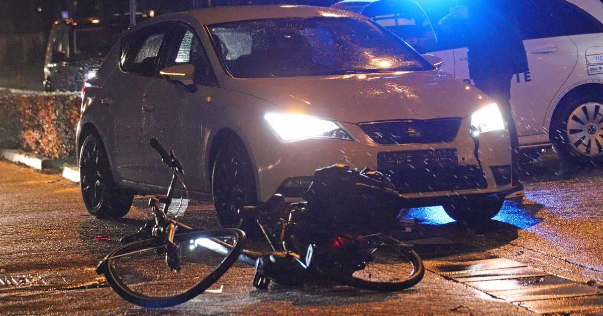 Fietsster met onbekend letsel naar ziekenhuis na aanrijding door auto.