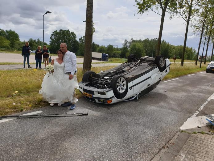 Een bijzondere trouwfoto voor Ruud en Debbie van Roosmalen. Op maandag sloegen zij met hun auto over de kop.