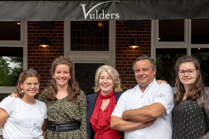 Familie Vulders voor hun brasserie aan de Gemullehoekenweg (tweede van links PrO-raadslid Stefanie Vulders)