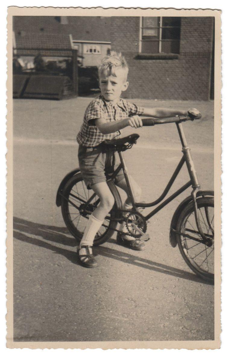 Met zijn ouders en zusjes Lidy en Marijke woonde Hein aan de rand van de stad Zwolle, daarachter begon naar zijn gevoel de wereld. Beeld Beeld uit privé-collectie
