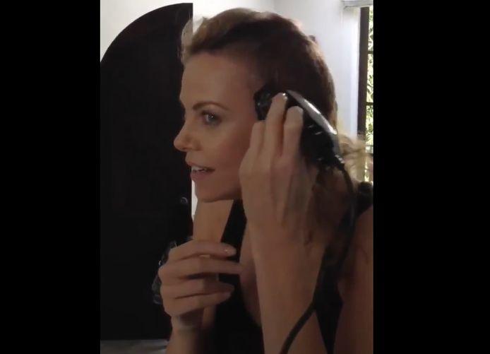 Charlize Theron se rase le crâne pour interpréter Furiosa dans Mad Max : Fury Road.