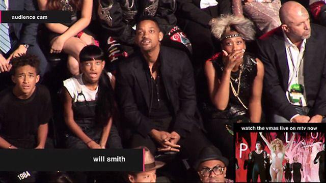Capture d'écran: la famille Smith est choquée. Ou consternée.