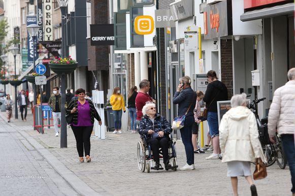 Veel volk was er niet in de winkelstraat Zandstraat.