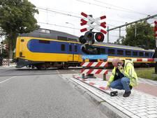 Truck ramt spoorbomen Wezep: treinverkeer stapvoets