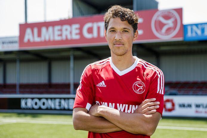 Jason Oost in dienst van Almere City.