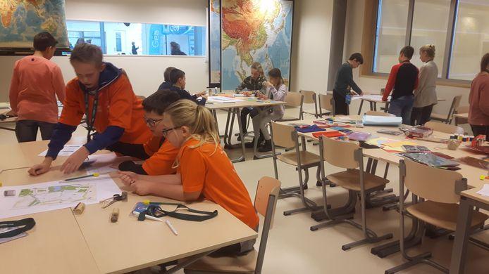 Leerlingen van groep 8 druk bezig tijdens GEObattle