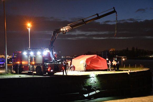 Een rode tent werd opgetrokken om het lichaam aan het zicht te onttrekken.