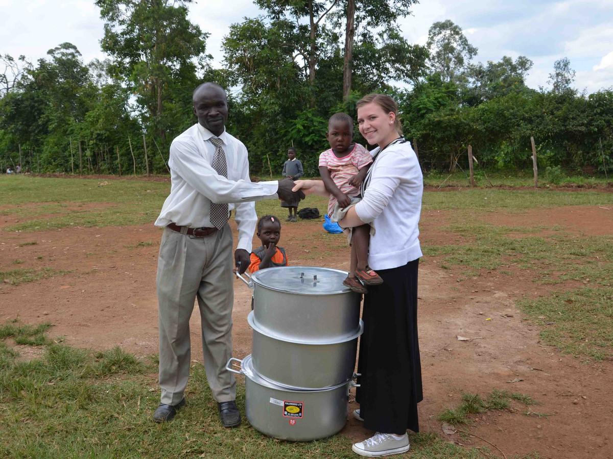 Hilde Geerts op het platteland van Kenia.