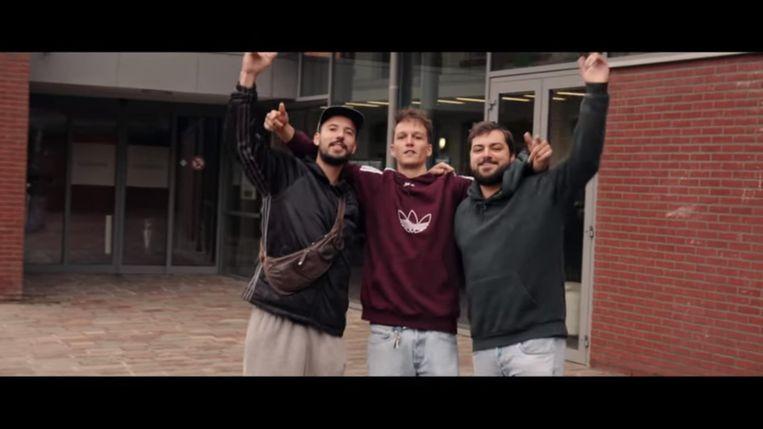 Een screenshot uit de videoclip van de 'Weireldverbeteroars'. We zien Benjamin Vandenhende, Simon Vandaele en Kim De Roo, hier op het Alexianenplein.