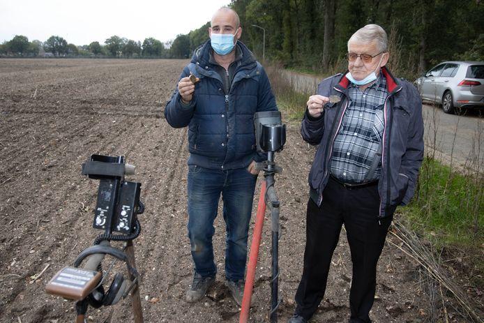 Danny Hendriks (links) en Coen Rutten achter de metaaldetectors op de akker waar het plaatje gevonden is.