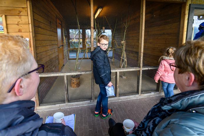 Even pauze met soep bij kinderboerderij Elzenhoek. Daar is ook de opdracht het aantal koppeltjes parkieten te noteren. Ties Pittens doet zijn best om ze te tellen.