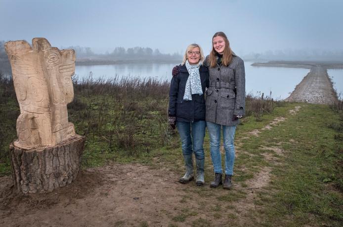 Sandra Stoffels met dochter  Marit bij de wolf: op de achtergrond de 'dam van Kees'.