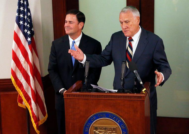 Gouverneur van Arizona Doug Ducey (links) stelde Jon Kyl voor tijdens een persconferentie.