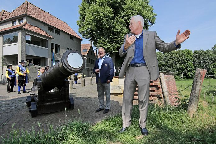 PVH Ravenstein Oud legercommandant Peter van Uhm (rechts) tijdens zijn inspectie van de artillerie van de Ravensteinse Vrijstaat (achter 'em 'schout' Van Mourik van de Vrijstaat).