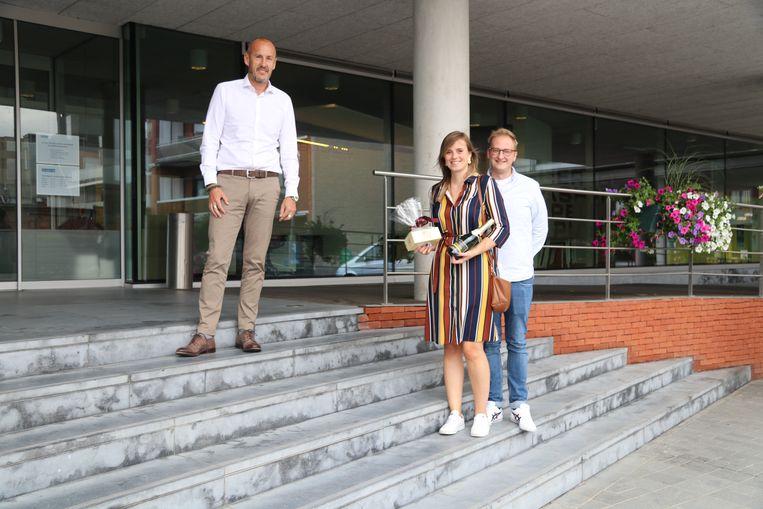 Inge ontving een attentie van burgemeester Peter Gysbrechts (links).