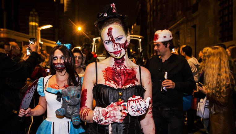 De Fox Halloween Parade trok vorig jaar in Amsterdam duizenden vampiers, heksen, horrorclowns, zombies en andere monsters. Beeld ANP