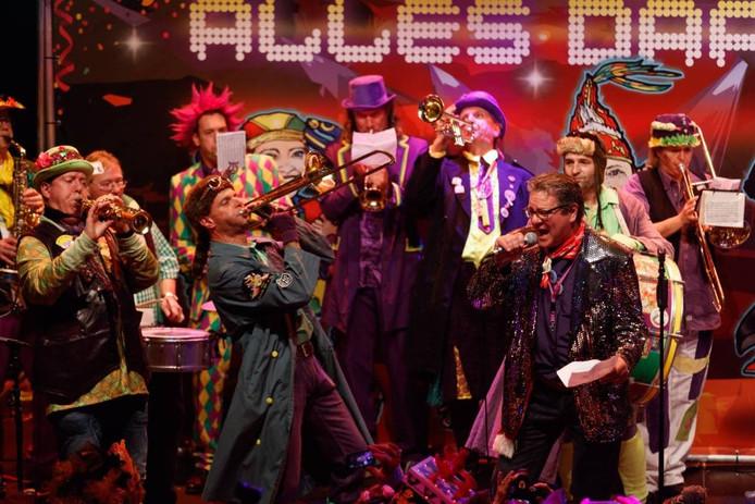De leden van Zeulband Gift 'm Kèès gaan met hun versie van 'Alles Daanst' aan de haal met de hoofdprijs van het liedjesfestival in Tullepetaonestad. foto Marcel Otterspeer/Pix4Profs