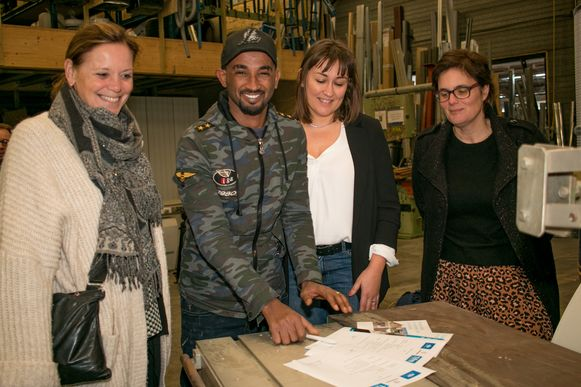 """Ashenafi Haile Bahaylu tekent zijn contract bij het bouwbedrijf Tifre: """"Ik ben heel blij, want ik wil zo graag werken."""""""