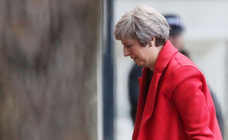 De Britse eerste minister Theresa May stapt de ambtswoning Downing Street 10 binnen.