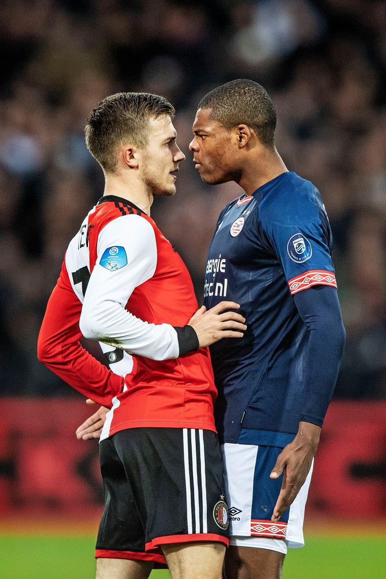 Dylan Vente en Denzel Dumfries kijken elkaar diep in de ogen.  Beeld  Guus Dubbelman / de Volkskrant