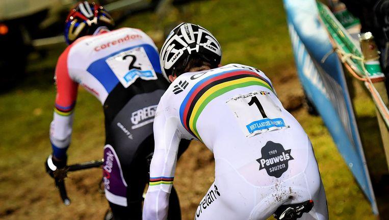 Nederlands kampioen Van der Poel en wereldkampioen Van Aert gaan nek-aan-nek. Beeld belga