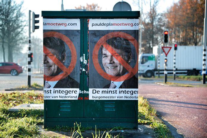 Op meerdere plaatsen in Breda dook vanochten deze poster op.