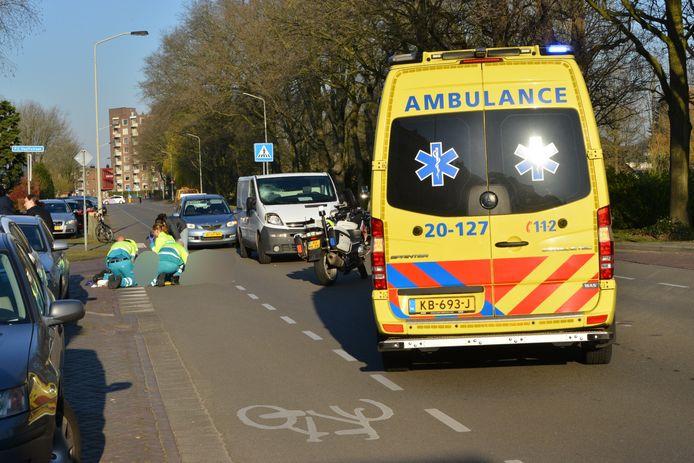 Man loopt hoofdwond op na ongeluk met auto in Breda.